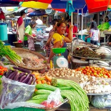 Filippine in moto, mercato di verdura e pesce in strada