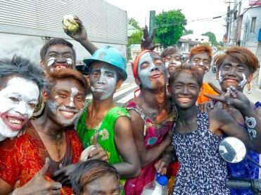 Filippine in moto, sfilata religiosa con ragazzi mascherati
