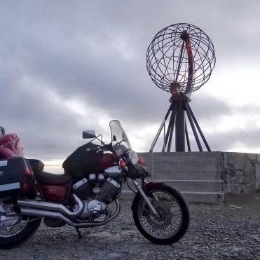 Capo Nord con Yamaha XV535, il famoso mappamondo