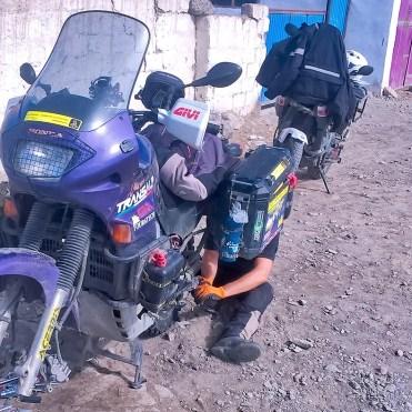 Cambio pneumatici alla Honda Transalp in Mongolia