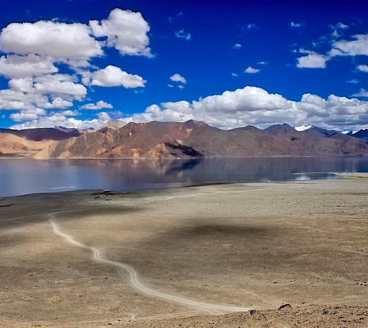 Ladakh in moto con Vedett Mototours, panoramica del Pangong Tso
