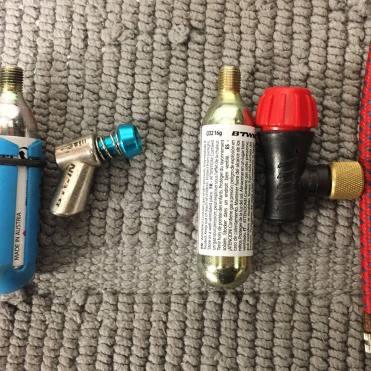 Kit antiforatura per moto, l'insufflatore metallico B'Twin comprato alla Decathlon a confronto con quello di plastica che si trova nei kit