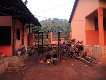 in-ape-in-africa-fuoco-villaggio-togo