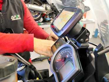 tomtom-rider-550-montaggio-alimentato