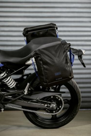 011-BMW-Black-Collection-borse-laterali-morbide