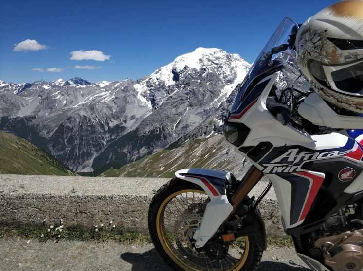 Passo dello Stelvio in moto con casco