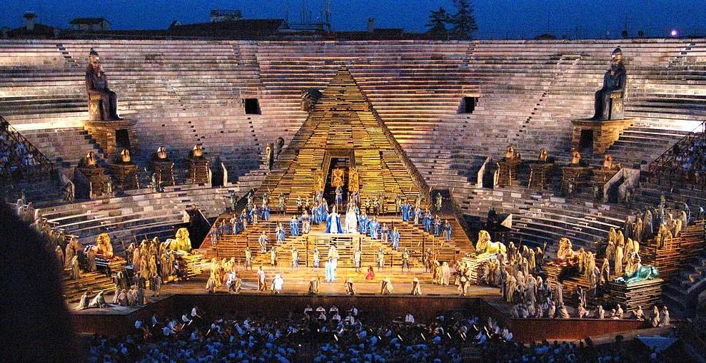 1024px-Arena_di_Verona_AIDA_von_Giuseppe_Verdi