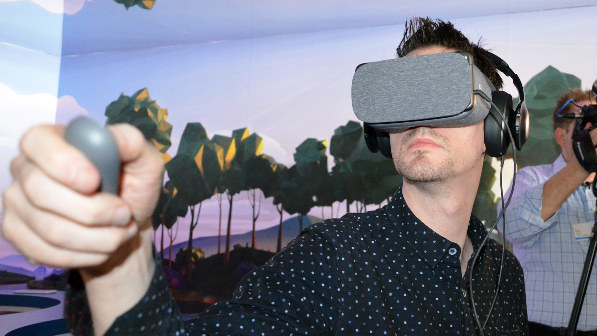 Someone from Road to VR using a daydream headset... look how the headset seems classy...