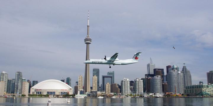 Toronto skyline - Canada - roadtripsaroundtheworld.com