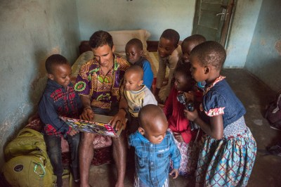 tico_showing_pictures_to_kids