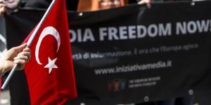 Manifestazione davanti l'ambasciata Turca per la libertà di stampa 8 aprile 2014 a Roma ANSA/MASSIMO PERCOSSI