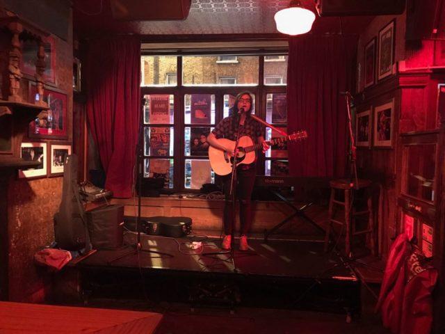 Roberta Finocchiaro mentre si esibisce a Dublino