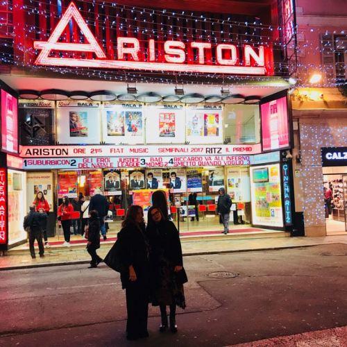 Roberta Finocchiaro e Simona Virlinzi davanti al Teatro Ariston
