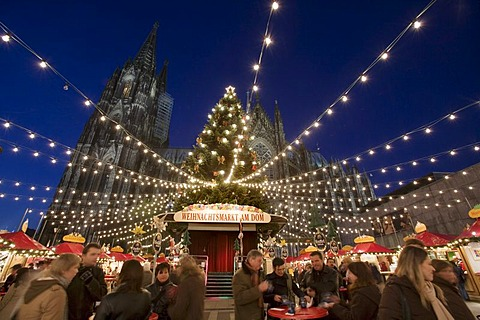 Chain of lights, people visiting the christmas market in front of the Cologne Cathedral, Cologne, North Rhine-Westphalia, Germany, Europe