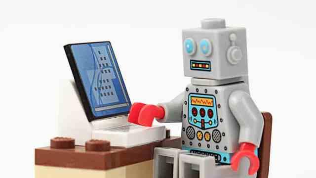 A inteligência artificial na contabilidade transforma avaliações que demoravam dias, por conta da busca manualmente de dados, em um trabalho de minutos.