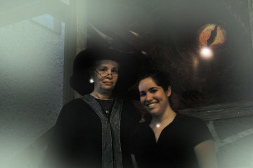 Las anfitrionas de La Cabaña del Dragón Noruego, Gabriela Mercado (izquierda) y Cathy Tatto (derecha).