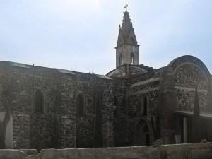 Vista lateral y cúpula principal de la iglesia del Sagrado Corazón de Jesús en Progreso de Obregón, Hidalgo.