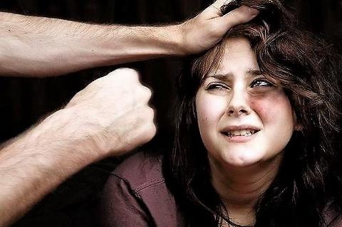 Quando torni a casa la sera, picchia tua moglie. Tu non sai perché, ma lei lo sa benissimo …