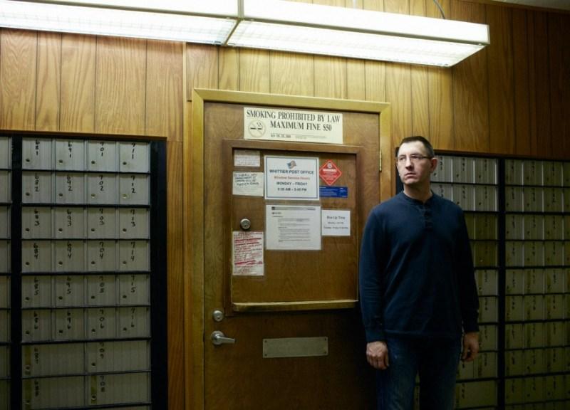Foto di Reed Young. Dave Schofiled è il capo della polizia di Whittier e anche l'unico poliziotto che vive in paese.