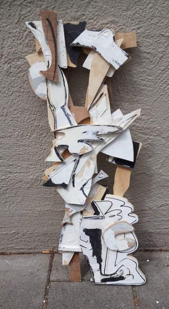 assemblage, kunstwerk, collage, gevonden, voorwerpen, hout, zwart, wit, gevonden, recycle, robert, pennekamp, sculptuur, papier, karton, marker, verf, strip, streefart, straatkunst