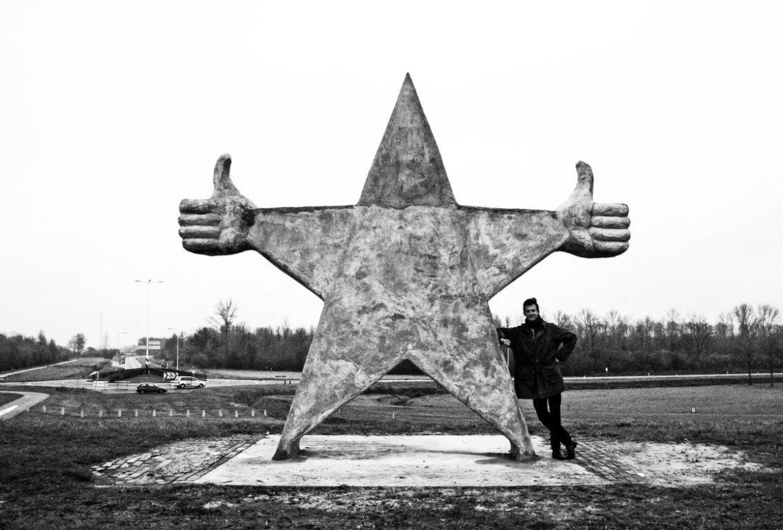 4. Monument voor prima mensen, met kunstenaar, zw, c by Himmelsbach