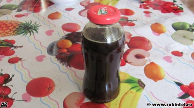 O sticluță cu ulei de dovleac (bostan) presat la rece