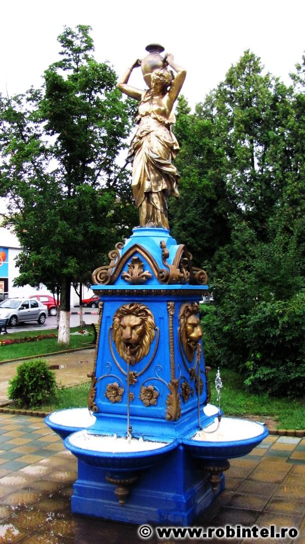 Cișmea albastră, artistică și frumoasă în parcul central din Hațeg