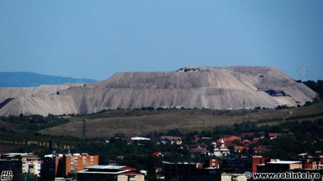 O imensă haldă de steril de dimensiunea unui oraș mic, în apropiere de Hunedoara