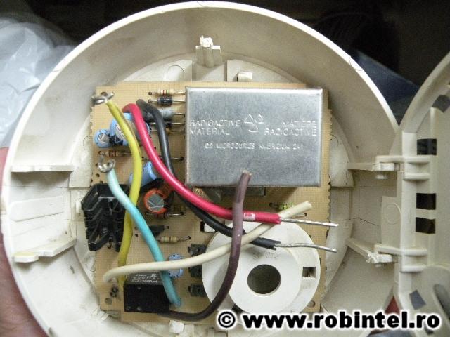 Un detector de fum cu o sursă de material radioactiv (Americiu 241)