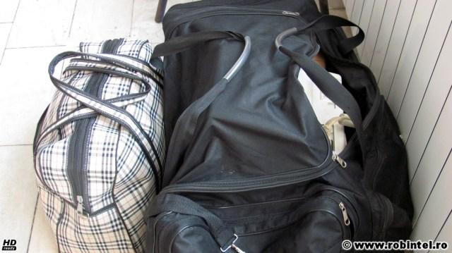 Două bagaje, dintre care unul este foarte voluminos și greu