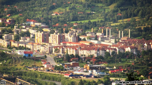 Municipiul Petroșani, vedere mai detaliată pe cartiere – Cartierul Șerpărie din Petroșani, spre Sud. Aproximativ în zona unde o conductă maro traversează DN66 este zona numită Groapa și unde mai de mult era o baltă acoperită de comuniști pentru construcția blocurilor, denumirea cartierului Șerpărie venind, cel mai probabil, de la faptul că acolo era o zonă mai mlăștinoasă.