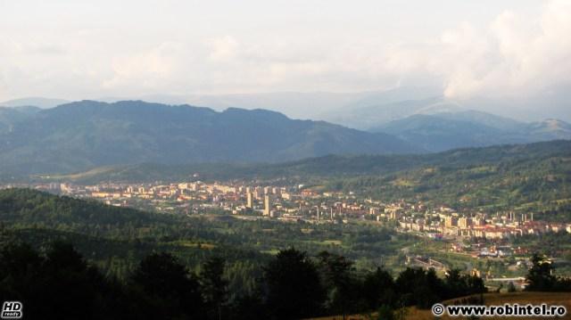 Municipiul Petroșani, într-o vale la confluența dintre munți. În partea superioară sunt Munții Șureanu, spre stânga sunt reminiscențe din Munții Retezat iar spre dreapta sunt Munții Parâng, fotografia fiind făcută din Munții Vâlcanului