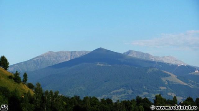 Munții Parâng, vedere centrată pe vârful Parângu Mic (2074 metri), releul din dreapta fiind aproximativ la cota 1685, vedere de la Cheile Roșia