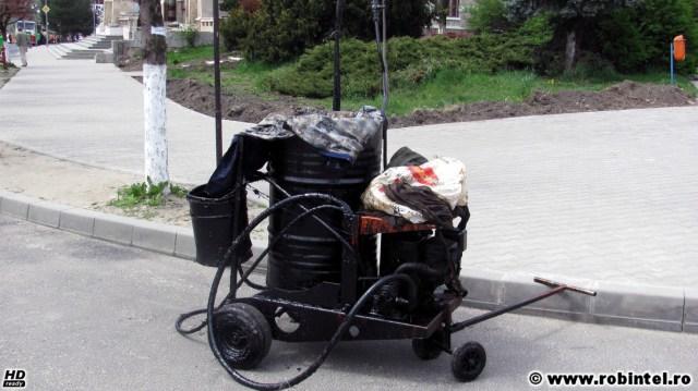 Un căruț de peticire cu asfalt, marea asfaltare de mici proporții