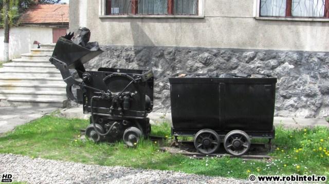 Mașină de extracție a cărbunelui, cu un vagon de transport al cărbunelui, în curtea Muzeului Mineritului din Petroșani
