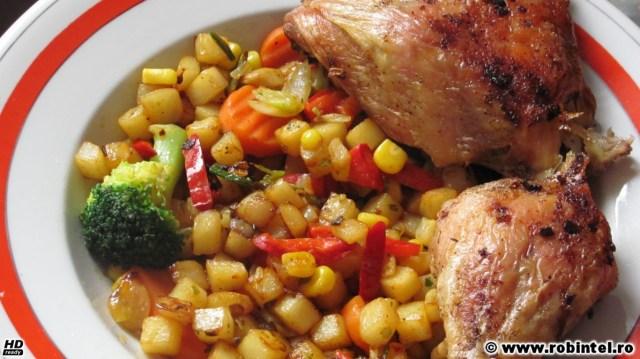 Pulpă întreagă de pui la cuptor (desprinsă în două), cu garnitură de legume la grătar