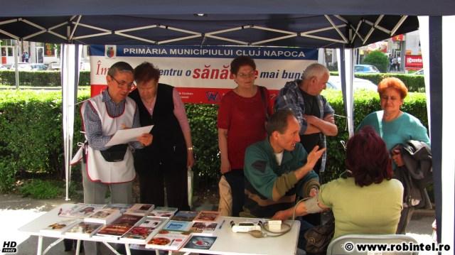 O fază suspectă în piața Mărăști din Cluj, cu niște oameni într-un cort de-al primăriei Cluj ce măsurau tensiunea și distribuiau cărți