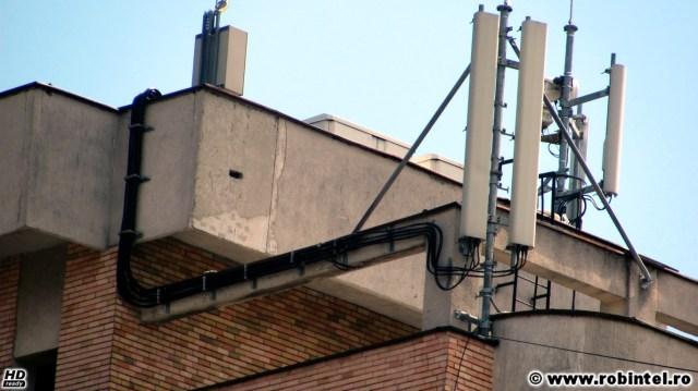 Cabluri electrice groase ce duc de la diverse echipamente de radiocomunicații la niște antene de telefonie mobilă și nu numai