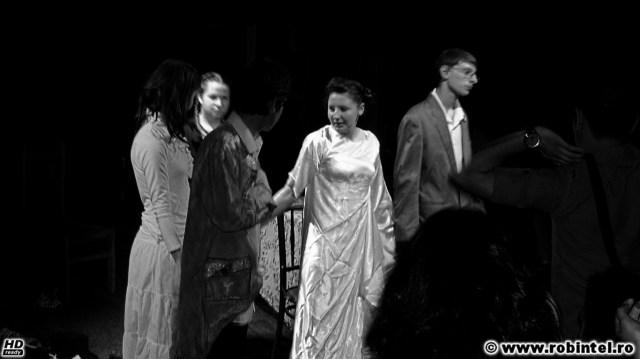 Compania de teatru Dor fără sațiu la finalul piesei Lucruri mărunte de A.P. Cehov, regia Dora Lazăr (premiul pentru cea mai bună regie, Viceversa Cluj, 2011)