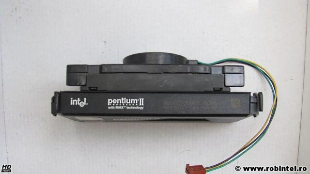 Microprocesorul Intel Pentium II SL28L (Klamath) pe Slot 1, văzut de deasupra