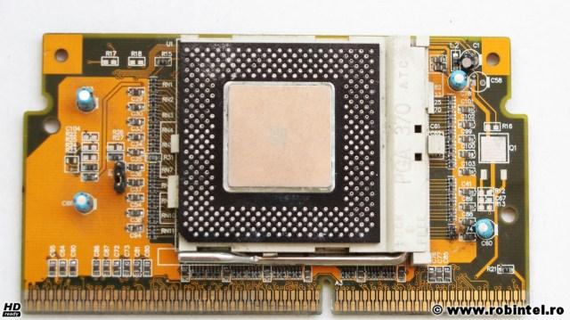Adaptorul de la Socket 370 (PGA 370) la Slot 1, cu un microprocesor Intel Celeron SL3FZ (533 MHz, 128 KB L2 cache, FSB 66 MHz) montat pe el, fără ventilator (deși acest microprocesor necesită unul, doar că l-am demontat eu pentru fotografie)