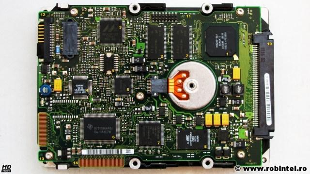 Hard diskul Compaq BD0186349B, vedere a complexului circuit electric de pe verso