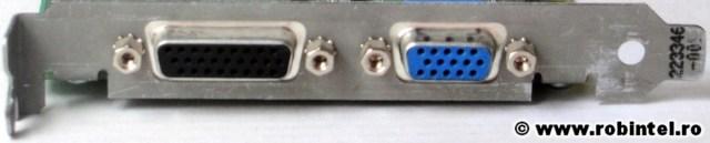 De la stânga la dreapta avem un mai puțin uzual (ca să nu spun rar sau nemaiîntâlnit) non-standad conector HD D-Sub cu 26 de pini, iar la dreapta avem un conector DE-9 (RGB) standard