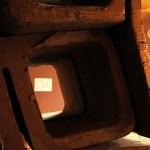 05. La intrarea in camera unde se desfasura Bazarul Lucruri Gratis, vedere prin niste scaune din carton