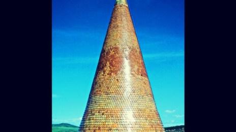 Am fost de multe ori la Castelul Huniade, dar este pentru prima dată când văd statuia din vârful turnului.