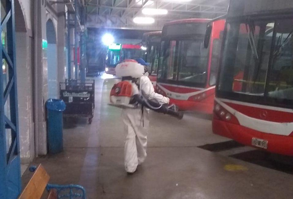 Ante el aumento de casos, continúan las tareas de desinfección en toda la ciudad