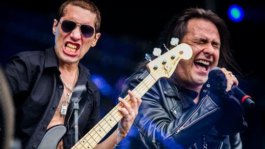 O baixista Pit Passarel, loucaço, e o vocalista Andre Matos relembrando os bons tempos do Viper