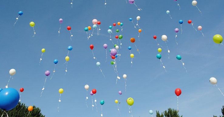 Balões coloridos voando