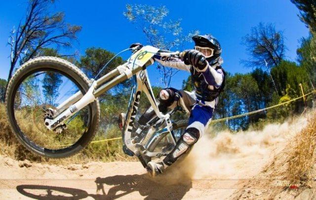 Downhill und jetzt bitte keine Angst - Bild von http://eswalls.com/mtb-downhill-hd-wallpaper-download/