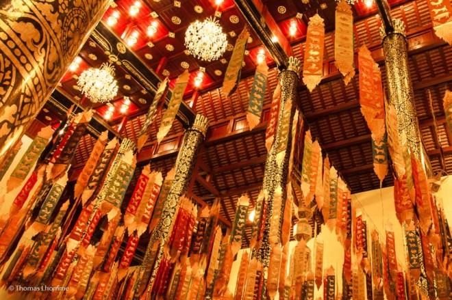 Au plafond sont attachés de nombreux fanion à effigie de signes astrologique